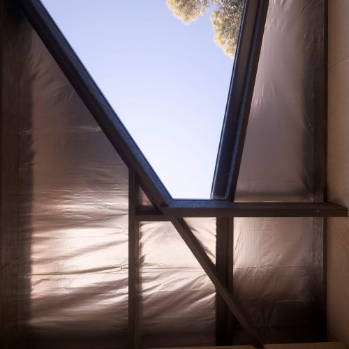 Opat Architects Couryard House Somers looking up at roof detail over covered area, flanking the courtyard